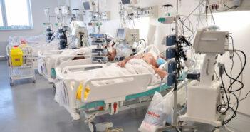 """Beograd, 8. decembra 2020.- Odeljenje intenzivne nege. Za nesto vise od tri dana skoro polovina novoizgradjene covid bolnice u Batajnici, od ukupno 930 kreveta, stavljena je u punu funkciju, a 390 gradjana obolelih od korone dobilo je potrebnu medicinsku negu, kaze direktorka te bolnice Tatjana Adzic Vukicevic.Ona je ekipu Tanjuga uvela u tzv. """"crvenu zonu"""" odeljenja intenzivne nege, gde se nalazi 51 bolesnik sa najtezim klinickim slikama, a ostali pacijenti sa srednjeteskim i teskim klinickim slikama su smesteni u devet poluintenzivnih nega.Docent dr Dejan Markovic, nacenik Intenzivne jedinice Kovid bolnice u Batajnici, kazao je da je za tu jedinicu predvidjeno 250 kreveta, a da je u ovom trenutku pustena u rad jedna zgrada sa 100 kreveta, koji su podeljeni u pet celina.FOTO TANJUG/ ZORAN ZESTIC/ nr"""